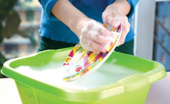 Rửa chén bát bằng tay (H.a minh họa)